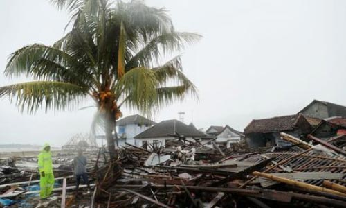 Indonesian Rescuers Struggle Against Heavy Rain  to Reach Tsunami-Hit Villages